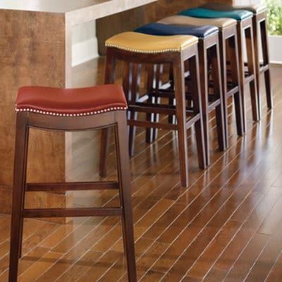 Drevená barová stolička - kožený sedák
