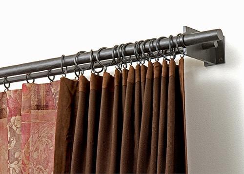 Kovová záclonová tyč