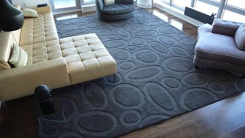 Sivý moderný koberec