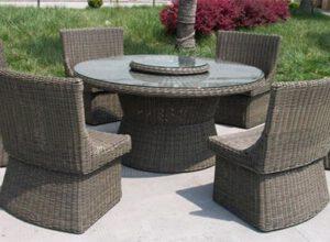 Ratanový stôl a stoličky