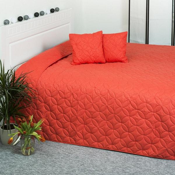 Červená prikrývka na posteľ