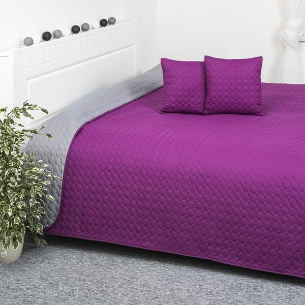 Fialový prehoz na posteľ