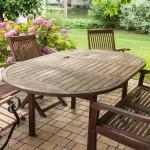 Plastový alebo drevený záhradný nábytok?