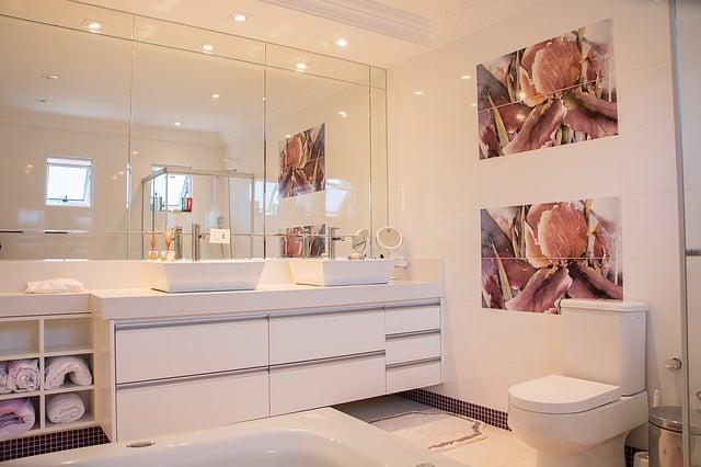 Moderná kúpeľňa s bodovým osvetlením